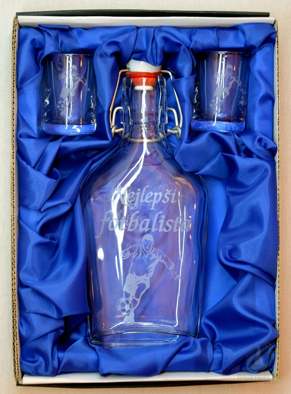 Hlavní kategorie - Souprava pískovaná láhev Butylka + 2 panáky 0,2l Fotbal