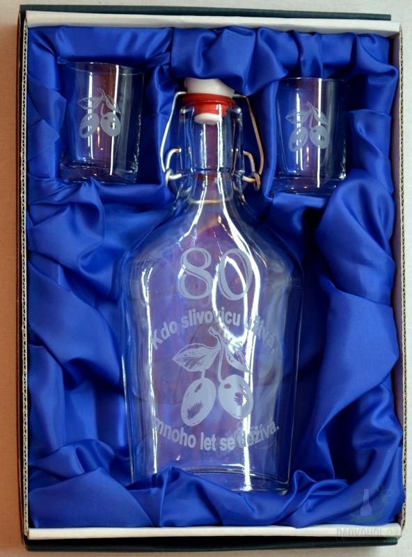 Hlavní kategorie - Malá sada láhev pískovaná Butylka dva panáky 0,2l 80let
