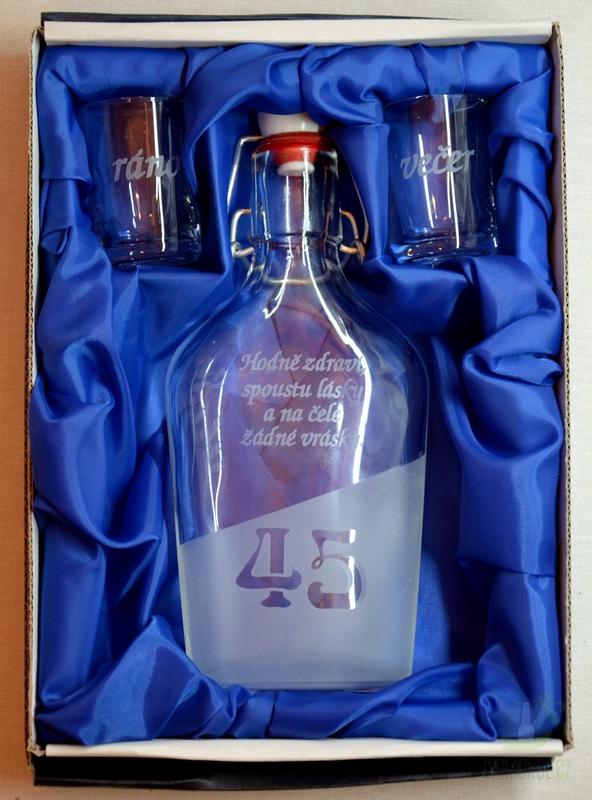 Hlavní kategorie - Malá sada láhev pískovaná Butylka dva panáky 45 let 0,2l