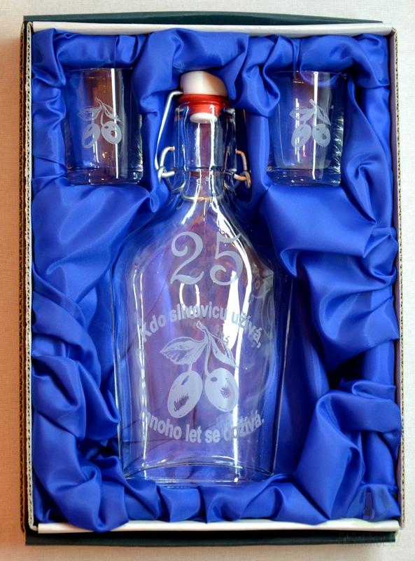 Hlavní kategorie - Malá sada láhev pískovaná Butylka dva panáky 25 let 0,2l