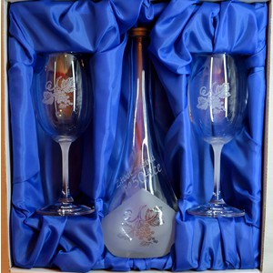 Souprava pískovaná karafa Gocia 50 let + dvě sklenice na víno