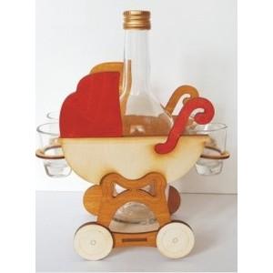 Dřevěný stojánek s lahví a panáky-kočárek
