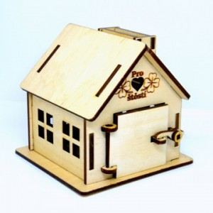 Dřevěná gravírovaná pokladnička na boku pro štěstí
